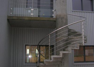 Garde-corps inox sur escalier béton hélicoïdal