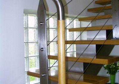 Escalier limon central inox, marches hêtre, main courante inox et hêtre