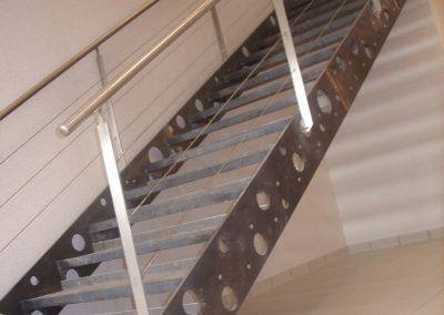 Escalier acier brut vernis, poteaux et mains courantes inox